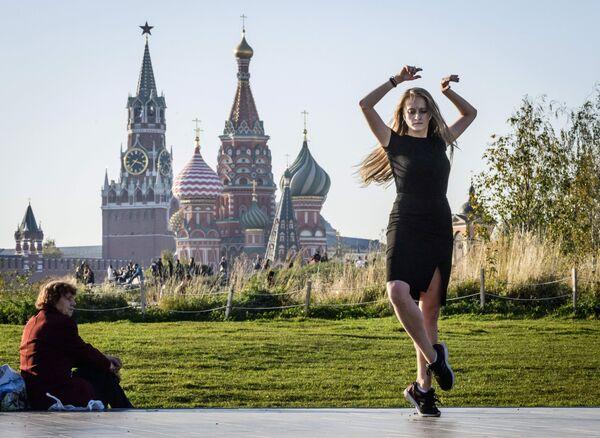 Девушка танцует в парке Зарядье в Москве
