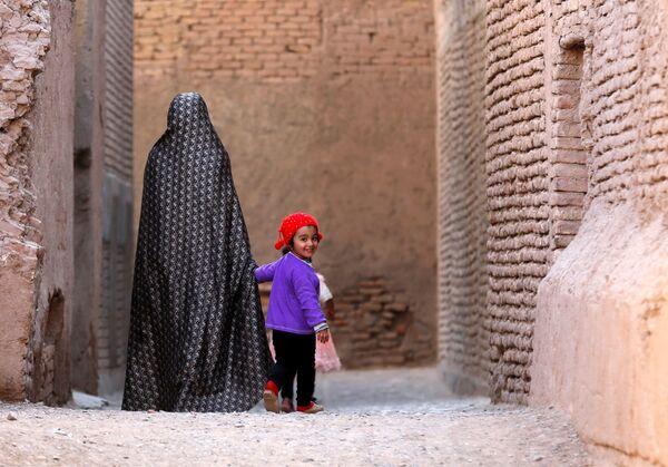 Женщина гуляет с ребенком в Старом городе провинции Герат, Афганистан. 15 октября 2018 года