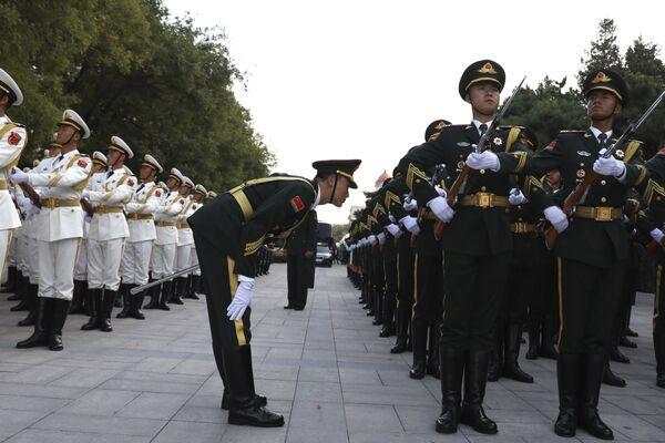 Члены почетного караула готовятся к церемонии приветствия Короля Норвегии Харальда у Большого зала народных собраний в Пекине, Китай. 16 октября 2018 года