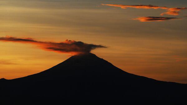 Активность вулкана Попокатепетль в Мексике