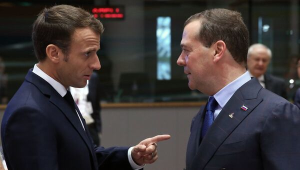Председатель правительства РФ Дмитрий Медведев и президент Франции Эммануэль Макрон на 12-м саммите Европа – Азия (АСЕМ) в Брюсселе. 19 октября 2018