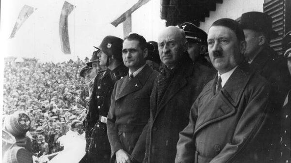 Рудольф Гесс, Анри де Байе-Латур и Адольф Гитлер на церемонии открытия зимних Олимпийских игр 1936 года