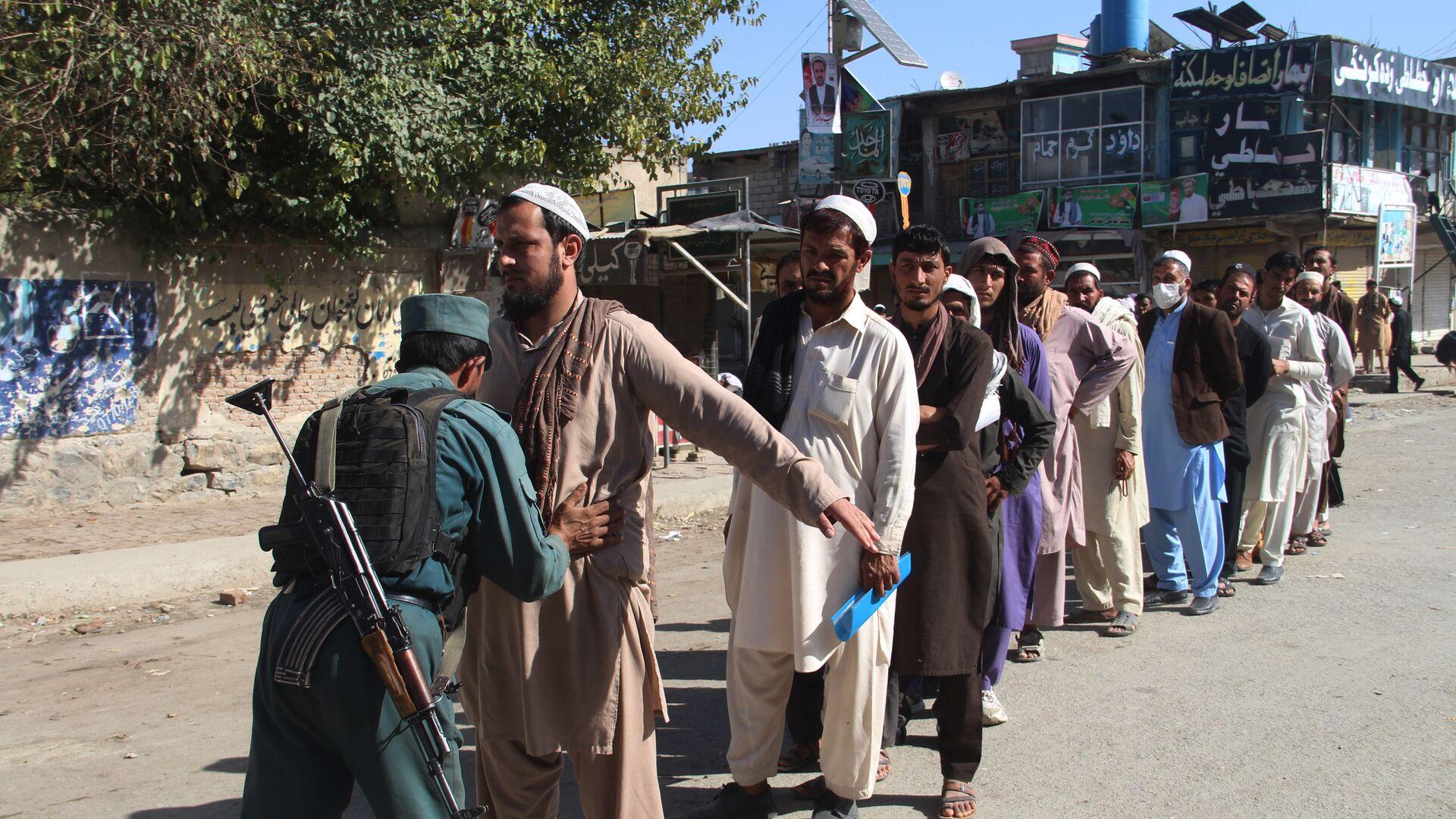 Афганский полицейский обыскивает избирателей, Афганистан. 20 октября 2018  - РИА Новости, 1920, 20.04.2021