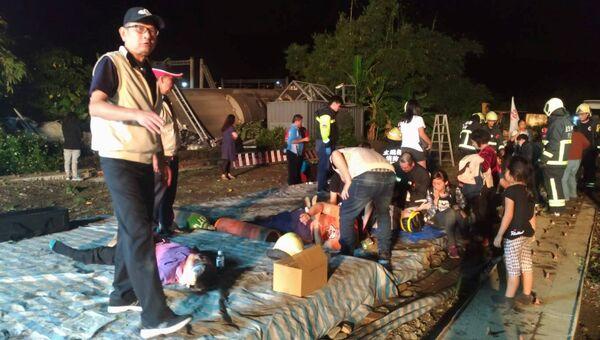 Спасатели оказывают помощь пострадавшим при сходе с рельсов скоростного поезда Puyuma Express на севере Тайваня. 21 октября 2018