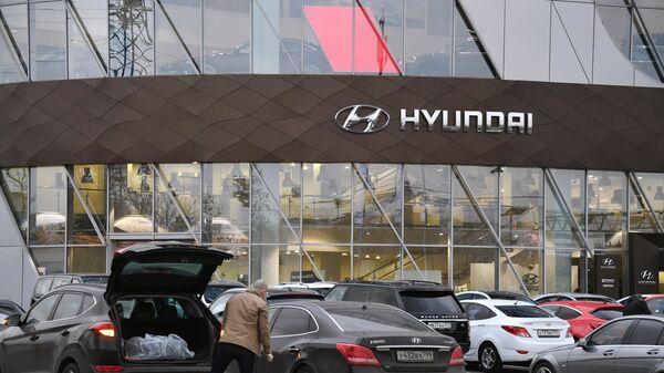 Логотип южнокорейского производителя автомобилей Hyundai в автосалоне в Москв
