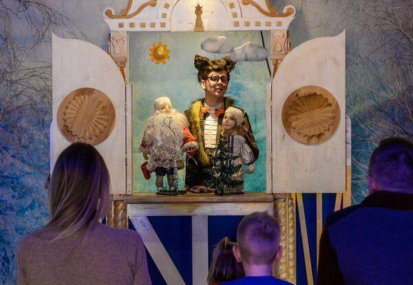 Посетители на кукольном представлении в тереме Снегурочки в Костроме