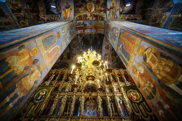 Стенопись и иконостас Троицкого собора на территории Свято-Троицкого Ипатьевского мужского монастыря в Костроме