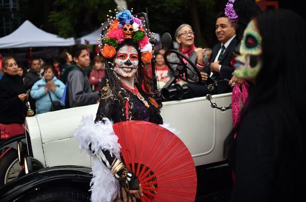 Участница карнавала Катрина в Мехико