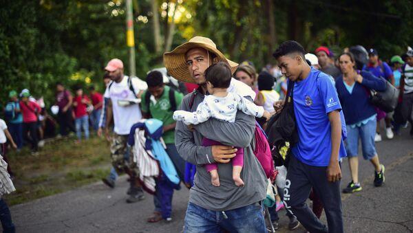 Караван мигрантов из Гондураса в США на дороге в городе Метапа в Мексике. 22 октября 2018
