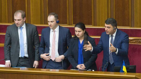 Премьер-министр Украины Владимир Гройсман и исполняющая обязанности министра финансов Оксана Маркарова