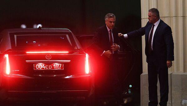 Посол США в России Джон Хантсман выходит из машины у здания МИД РФ