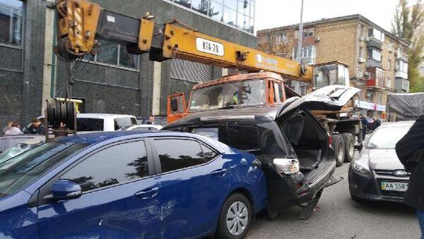 Автокран протаранил 17 автомобилей в центре Киева, Украина. 23 октября 2018