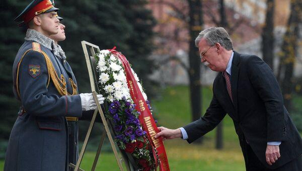 Советник президента США по национальной безопасности Джон Болтон на церемонии возложения цветов к Могиле Неизвестного Солдата в Москве. 23 октября 2018