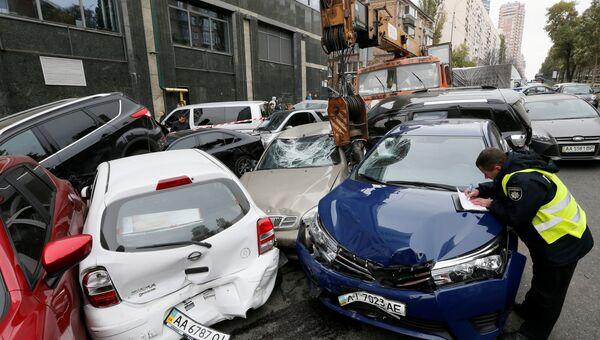 Место ДТП с участием автокрана и легковых автомобилей в Киеве. 23 октября 2018