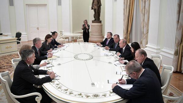 Президент России Владимир Путин и советник президента США по вопросам национальной безопасности Джон Болтон во время встречи. 23 октября 2018