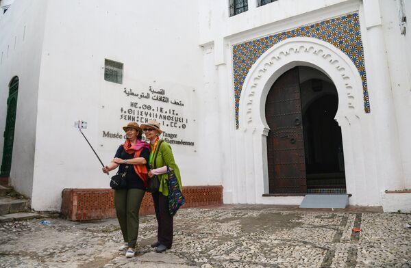 Туристы фотографируются у входа в Музей средиземноморской культуры в Танжере