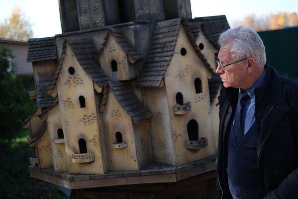 Валентин Волков на фоне птичьего города
