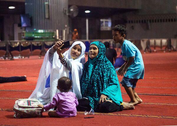 Женщины в мечети Истикляль в Джакарте