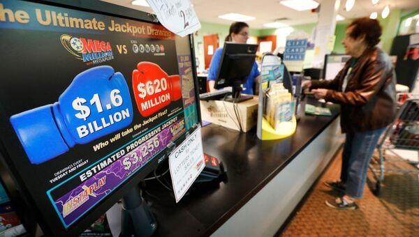 Продажа лотерейных билетов Mega Millions в продуктовом магазине в штате Айова. 23 октября 2018