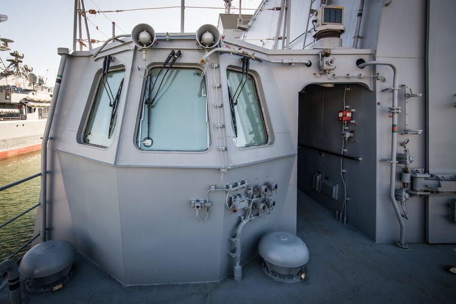 Кабинка руководителя посадки на вертолетной палубе фрегата Адмирал Макаров