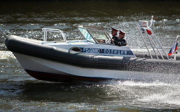 Сотрудники правоохранительных органов плывут на полицейском катере