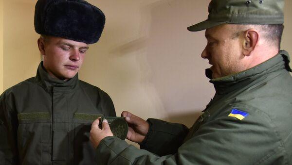 Получение обмундирования призывником, прибывшим в одну из воинских частей Нацгвардии Украины во Львове. Архивное фото