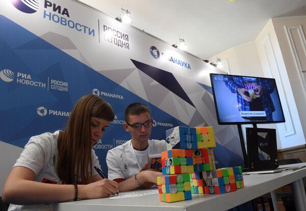 Волонтеры у стенда МИА Россия сегодня на всероссийском фестивале науки Nauka 0+ в фундаментальной библиотеке МГУ имени М. В. Ломоносова
