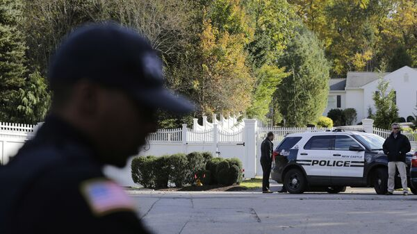 Полицейские у дома Билла и Хиллари Клинтон в пригороде Нью-Йорка. Архивное фото