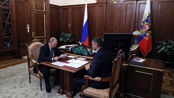Президент РФ Владимир Путин и временно исполняющий обязанности губернатора Забайкальского края Александр Осипов. Архивное фото