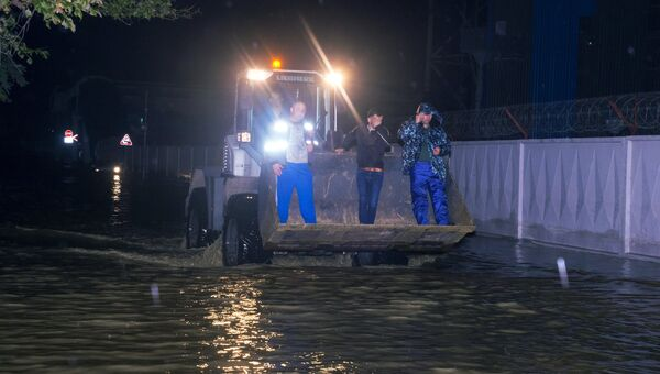 Жители на улице в Туапсе, подтопленной в результате сильных дождей