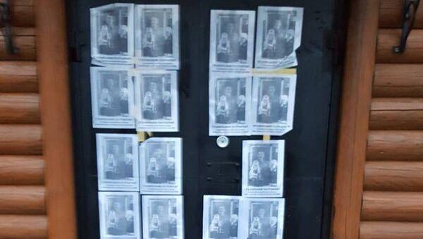 Листовки с изображением Сталина и надписями Сталинский патриархат на двери церкви святого князя Владимира канонической православной церкви Украины во Львовской области