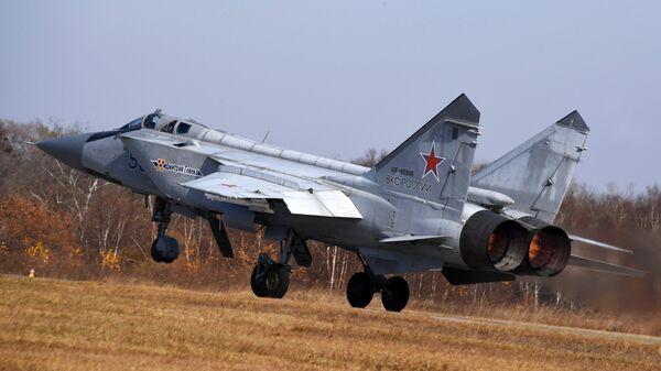 Многоцелевой истребитель МиГ-31 ВКС РФ на аэродроме Центральная Угловая в Приморском крае