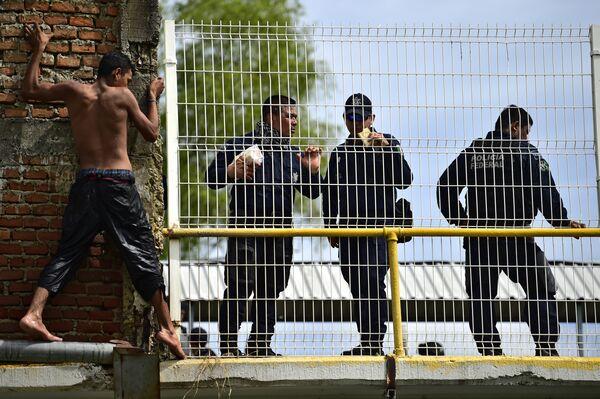 Мигрант из Гондураса возле пограничного моста между Гватемалой и Мексикой