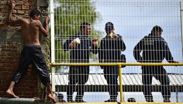 Мигрант из Гондураса возле пограничного моста между Гватемалой и Мексикой. Архивное фото