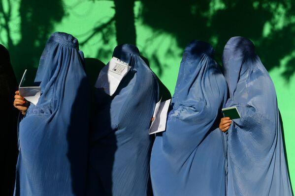 Женщины стоят в очереди, чтобы проголосовать на избирательном участке в провинции Герат, Афганистан