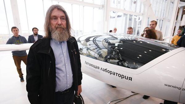 Путешественник и протоиерей Федор Конюхов во время презентации прототипа электросамолета для кругосветного полета. 25 октября 2018