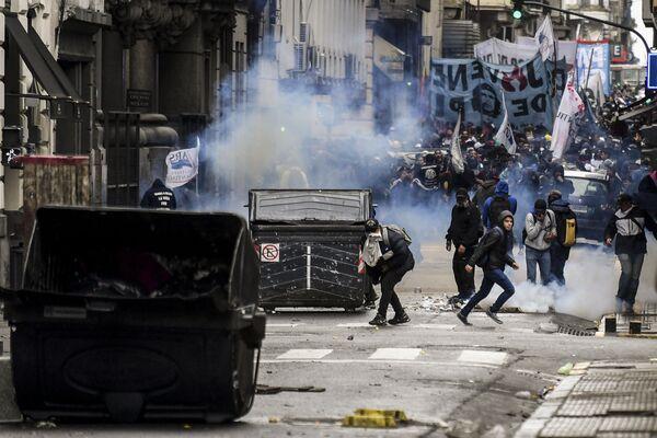 Столкновение демонстрантов с полицией в Буэнос-Айресе. 24 октября 2018 года