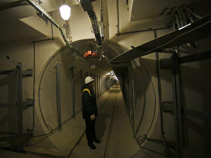 Сотрудница ГУП Москоллектор в тоннеле кабельного коллектора Белорусский.