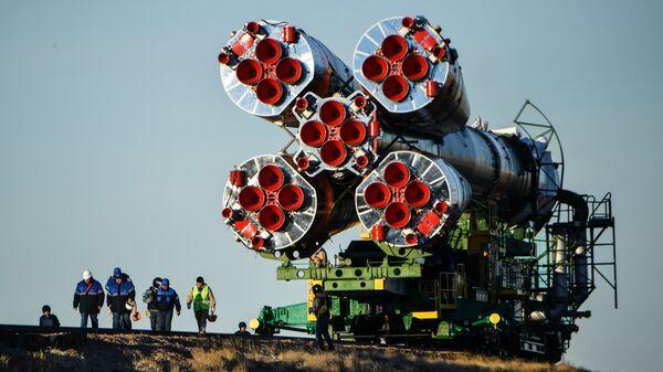 Вывоз ракеты-носителя Союз-ФГ с пилотируемым кораблем Союз МС-10 на космодроме Байконур. Архивное фото