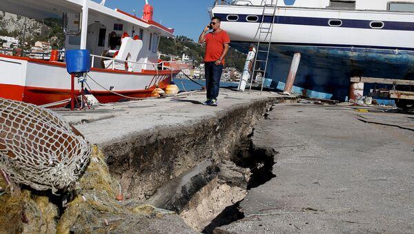 Поврежденный пирс после землетрясения в порту на острове Закинф, Греция. 26 октября 2018
