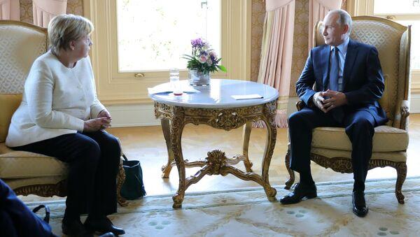 Президент РФ Владимир Путин и канцлер Германии Ангела Меркель во время встречи. 27 октября 2018