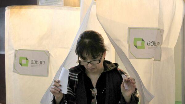 Женщина во время голосования на президентских выборов в Тбилиси. 28 октября 2018