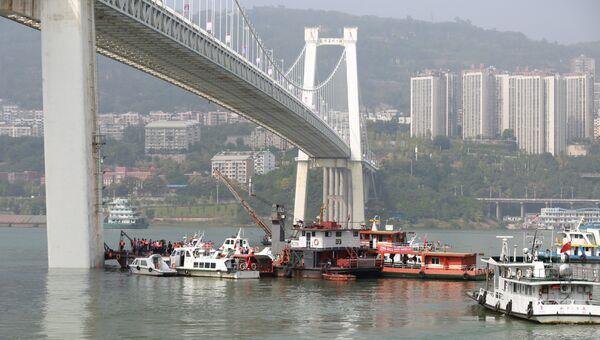 Автобус упал в реку в китайском Чунцине после ДТП. Архивное фото