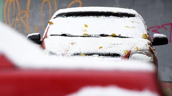Автомобиль в снегу. Архивное фото