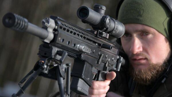 Стрелок-испытатель вооружений Дмитрий Кузнецов с самозарядным карабином ORSIS K15