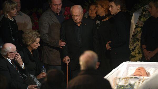 Художественный руководитель театра Ленком Марк Захаров на церемонии прощания с актером театра и кино Николаем Караченцовым