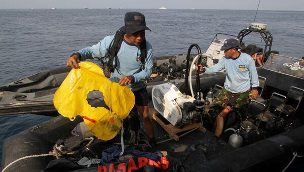 Спасательный жилет, найденный после крушения  самолета авиакомпании Lion Air в Индонезии. 29 октября 2018
