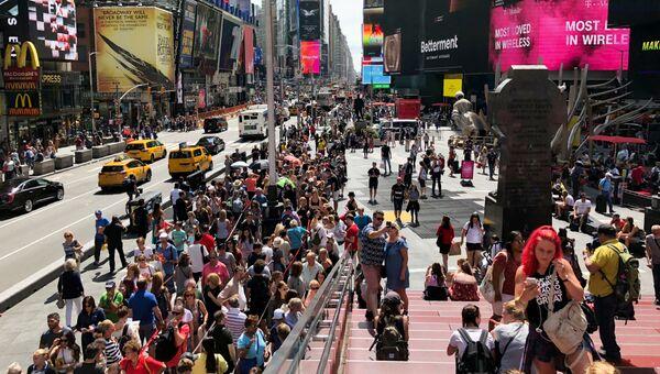 Прохожие на Таймс-сквер в Нью-Йорке