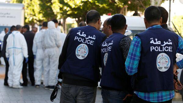 Полицейские и эксперты на месте теракта в Тунисе. 29 октября 2018