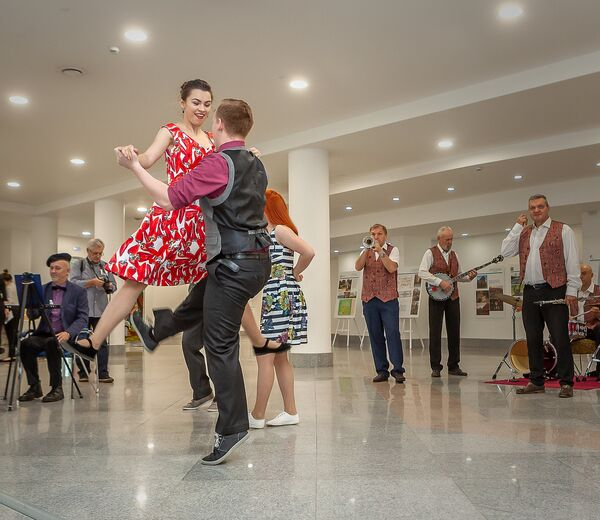 Пространство на входе в выставочный комплекс Миллениум, где проходил первый день форума, было организовано как городская площадь. Артисты исполняют номер Танцы в городе